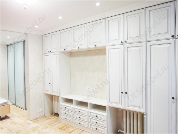 шкаф-купе и мебель в гостиную с фасадами из МДФ с серебряной патиной