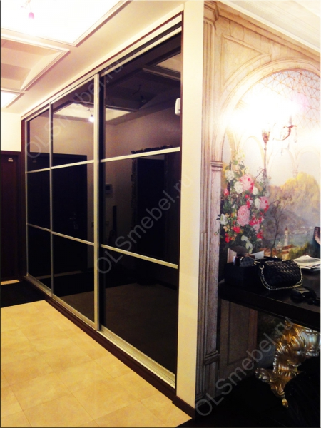 шкаф купе с дверями из цветного стекла