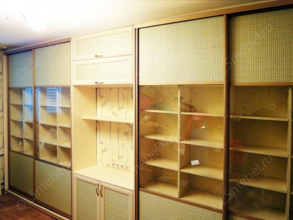 шкаф купе с дверями из ротанга и прозрачного стекла