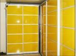 угловой шкаф купе с дверями из цветного стекла